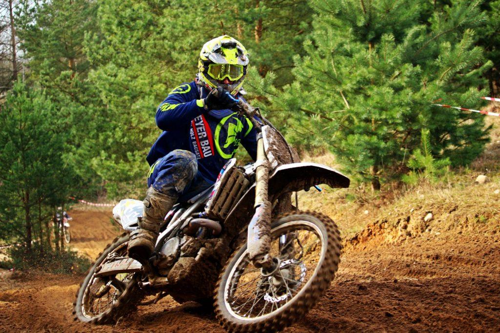 Motocross mit Crosshelm-mit-Brille